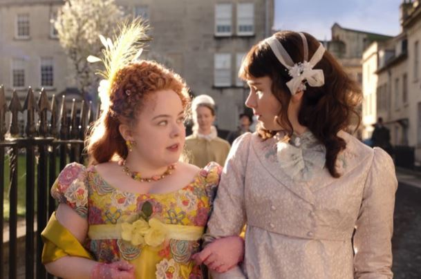 Nicola Coughlan e Claudia Jessie em Bridgerton (Netflix)